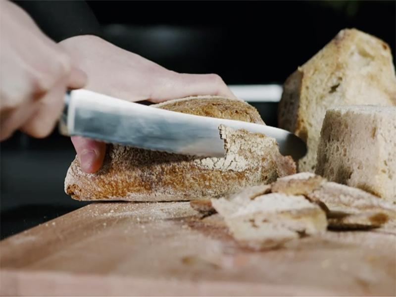 Ricetta pallotte cacio e ova con pane Sosi, frame video del taglio del pane